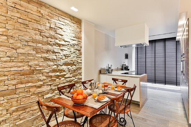 kuchyně, jídelní stůl, kamenné obložení