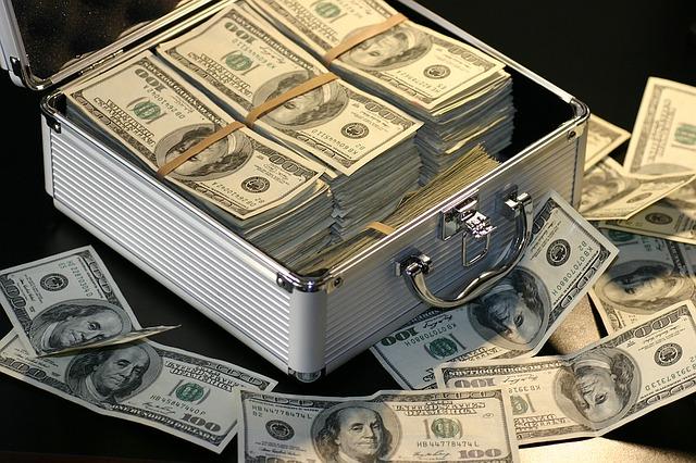 peníze v kufru