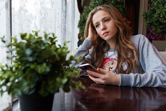 Děvče s mobilem