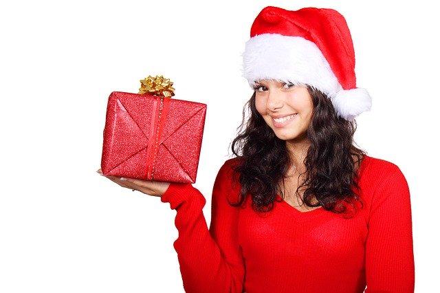 žena s vánočním dárkem v ruce