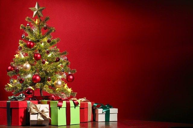 vánoční dárky pod stromkem