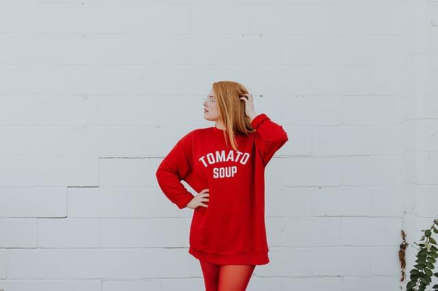 žena v červené mikině