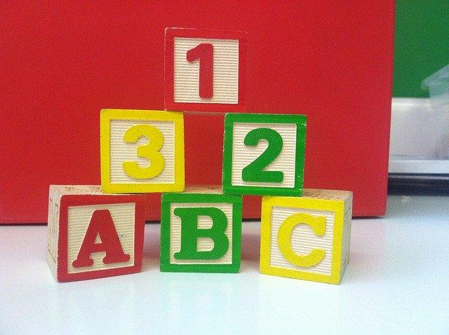 dřevěné kostky s čísly a písmeny