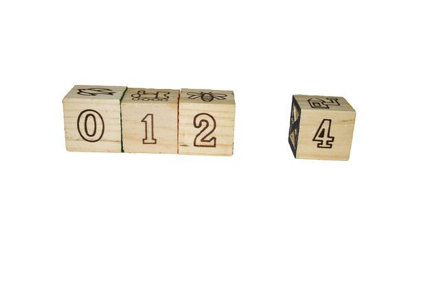 dřevěné kostky s čísly a symboly