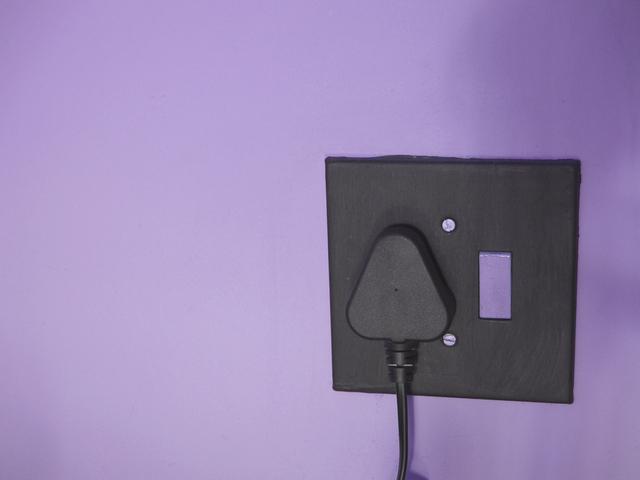 napájecí kabel zapojený do zásuvky