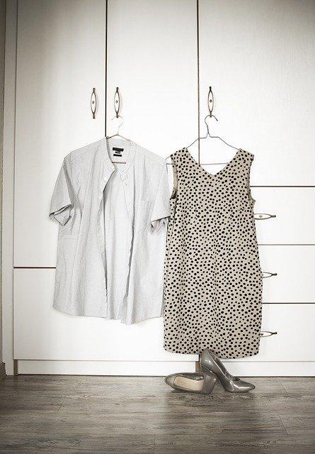 skříň, oblečení na ramínkách